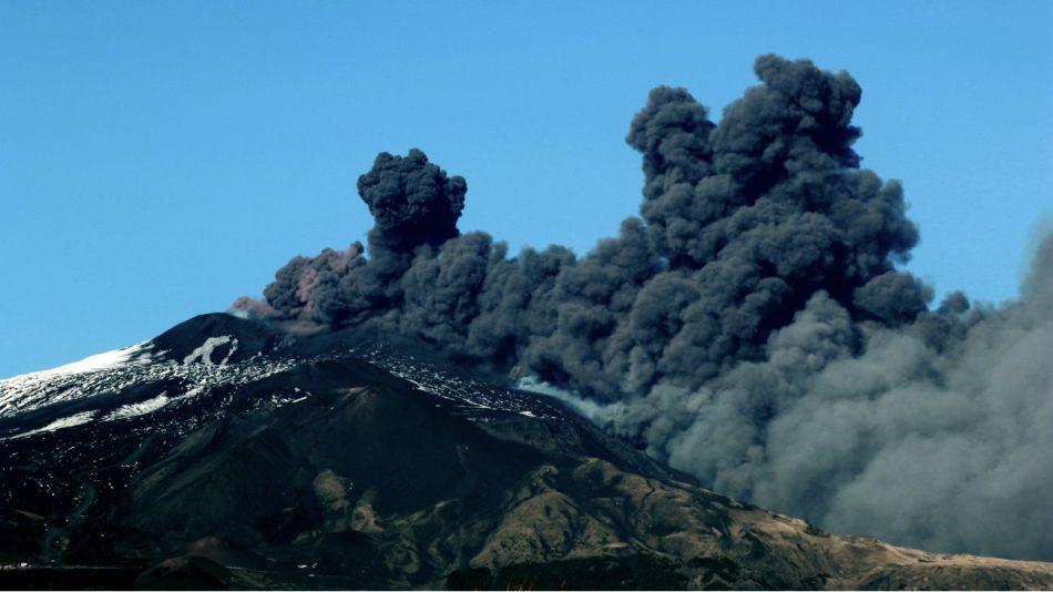 La erupción del volcán Etna en Sicilia provoca sismos y columnas de cenizas