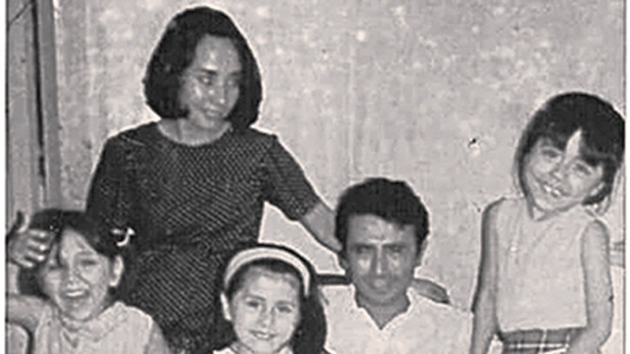 Patriarcado de izquierda. Mario Roberto Santucho, líder del ERP, en una foto con su mujer e hijas.