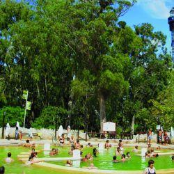 En la provincia de Buenos Aires muchos espejos brindan propiedades curativas, poseen piletas, toboganes y actividades para los más chicos.