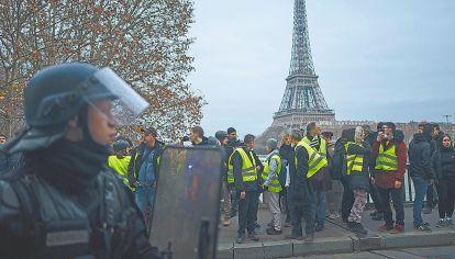 """Protestas en Paris. Llevaron a hablar del """"ocaso de la democracia""""."""
