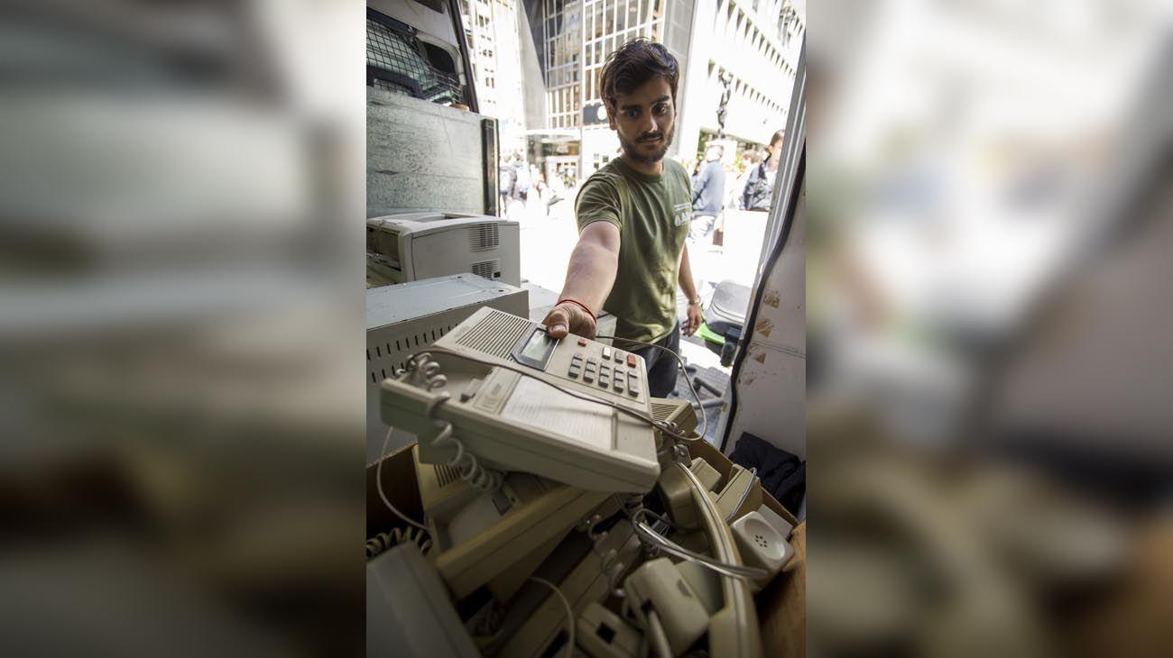 puntos verdes. Una camioneta recorre los barrios de CABA para que vecinos acerquen sus aparatos eléctricos y electrónicos en desuso. En cinco años  recolectaron más de 600 toneladas, que luego  reciclan.