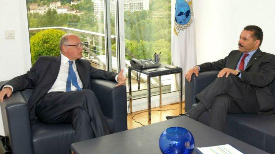 Timerman con una reunión con Ronald Noble, cuando este era secretario de Interpol.