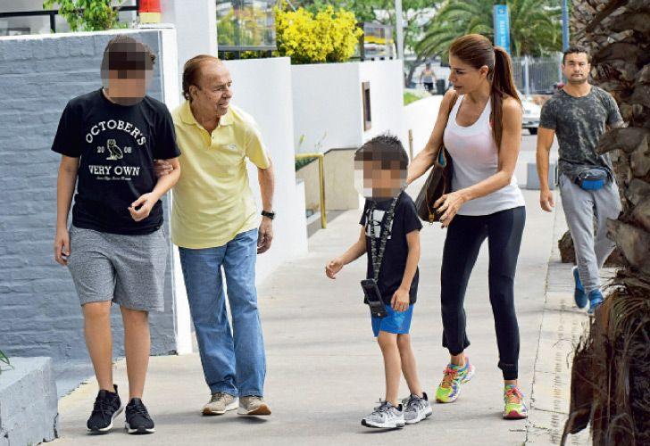 Carlos Menem con sus nietos y Zulemita