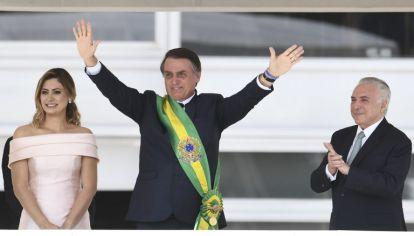 Bajo medidas de seguridad extremas, Jair Bolsonaro recibió en Brasilia la banda presidencial de manos del expresidente Michel Temer.