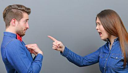 Ilustración. Mujer acusando a un hombre.