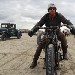Los adictos a la velocidad se juntan para exigir a sus vehículos compitiendo hoy sobre pistas de sal y arena.