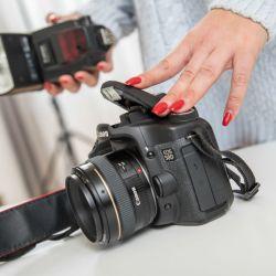 """Una mujer prepara un flash en una cámara. """"Hasta los profesionales le temen al flash"""", dice Udo Krämer"""