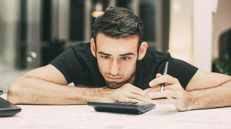 el 57% de los deudores en argentina son varones, jóvenes y solteros.