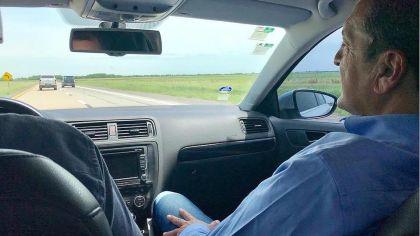 Sergio Massa hace campaña y escucha música en la costa bonaerense.