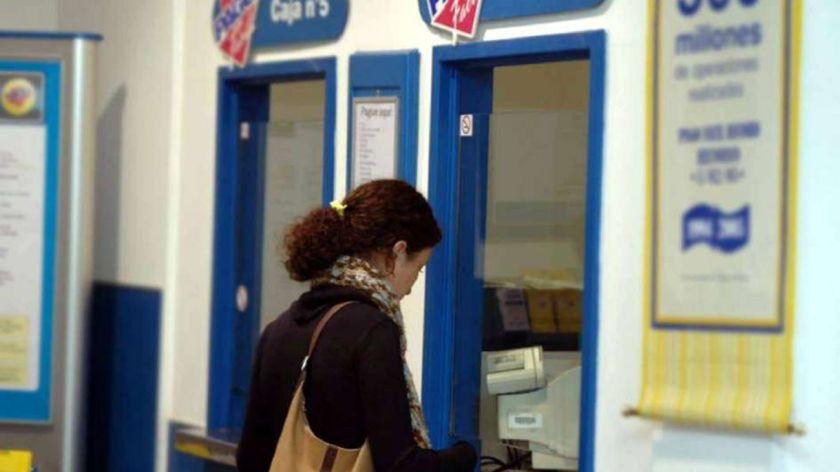 Evalúan facturar un costo adicional a quien pague servicios en efectivo