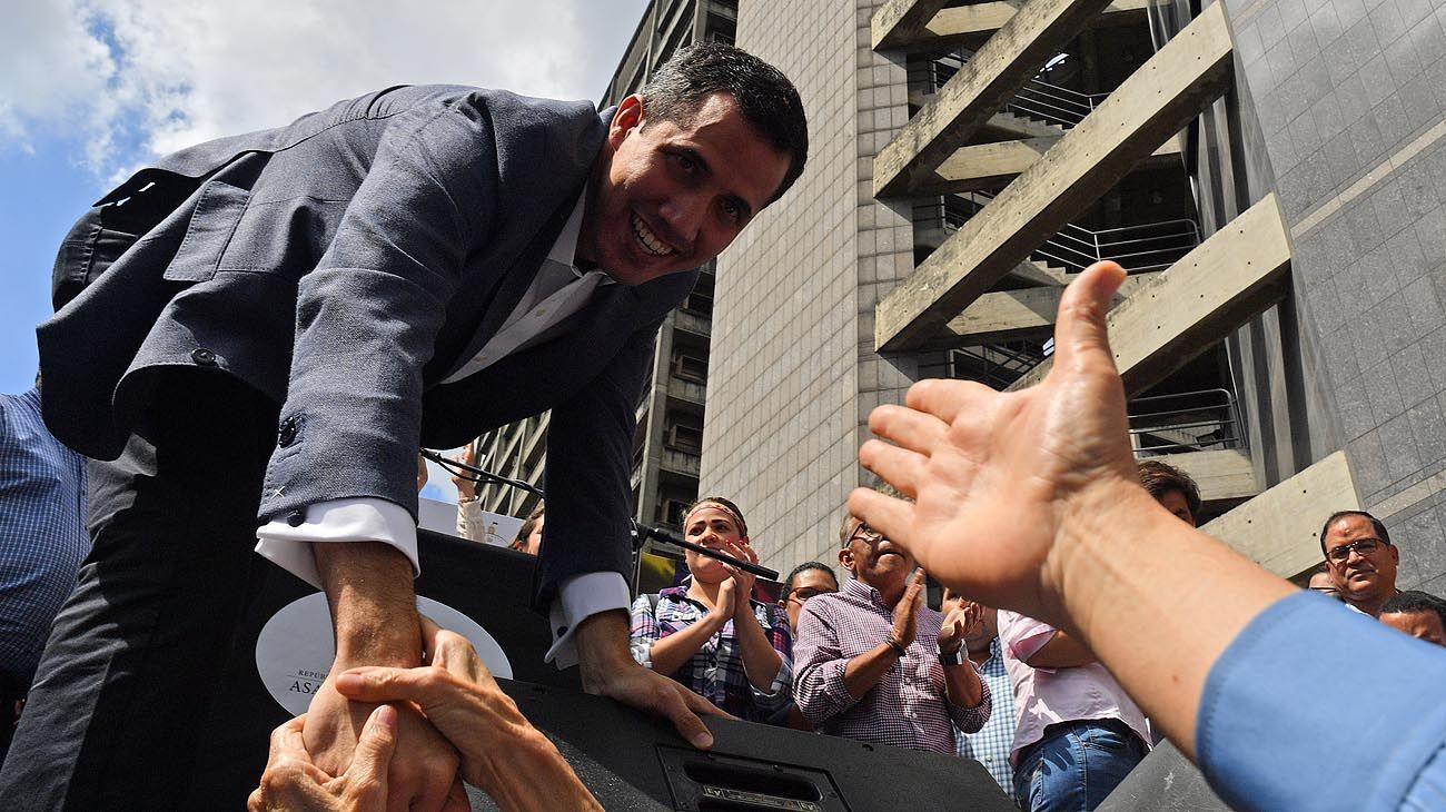 """Antichavistas. El diputado Juan Guaidó pidió ayer el apoyo de la ciudadanía en un """"cabildo abierto""""."""