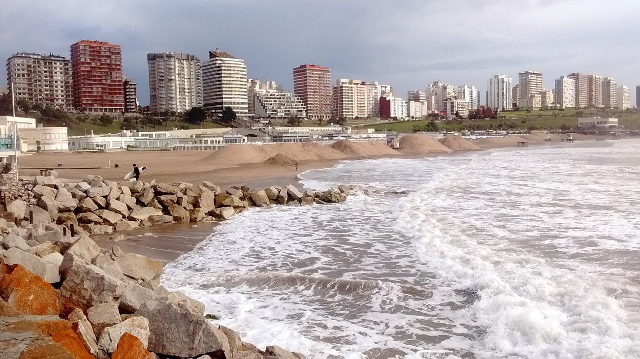 Accion. En Playa Grande se suspendió la obra de refulado. Pinamar, tras la sudestada.
