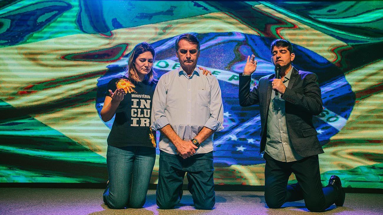 in god we trust. Jair y Michelle Bolsonaro fueron a IBA a agradecer el triunfo electoral. Los fieles lo apoyaron en la campaña por sus ideas políticas.