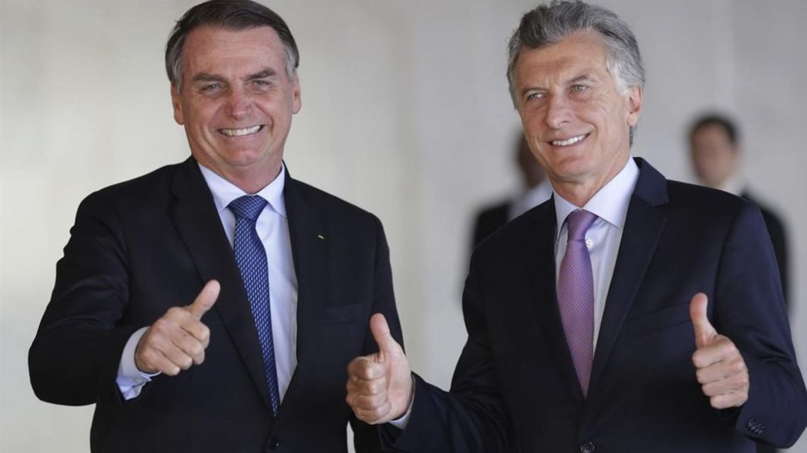 Bolsonaro receives Macri at the Palacio del Planalto Wednesday.