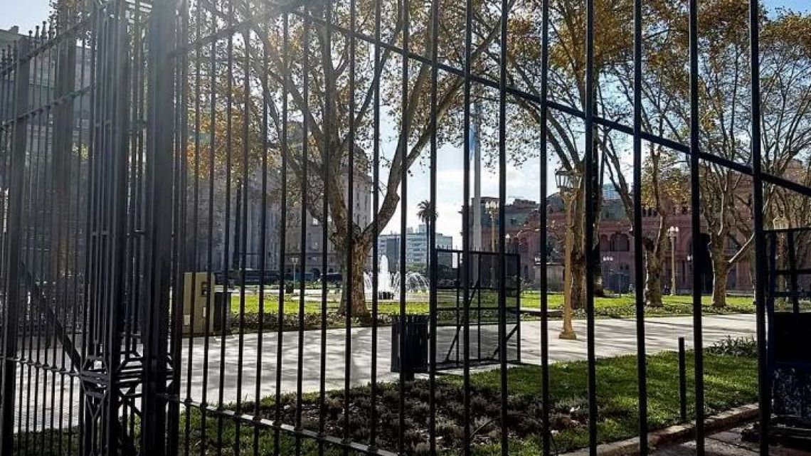 The City's Urban Planning Code prohibits fences in Plaza de Mayo.