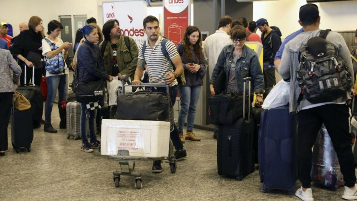 "Travellers are delayed in both Aeroparque ""Jorge Newbery"" and the Ezeiza airport"