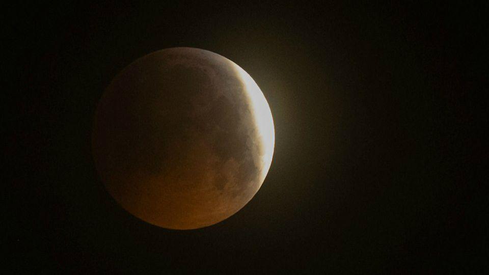 La luna de sangre iluminó al mundo en un eclipse total.