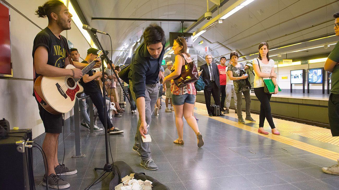En la ciudad de Buenos Aires se estima que en las seis líneas de subtes hay cerca de 260 músicos callejeros.