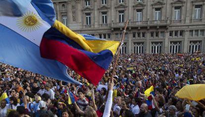 venezolanos reunidos en la plaza del teatro colon