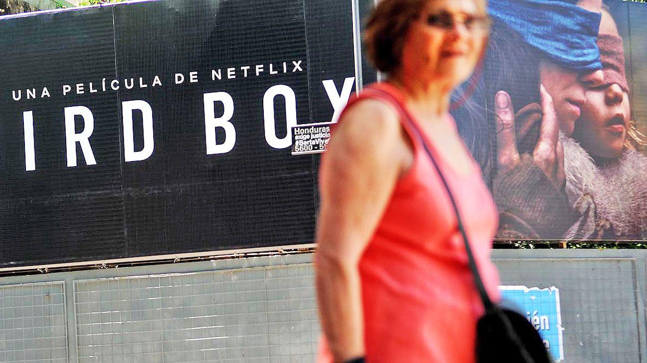 NUEVO PAISAJE. Netflix, Spotify, Cabify y Pedidos Ya, omnipresentes en los carteles de las avenidas de la Ciudad. Los especialistas aseguran que intentan que el usuario haga cartel-pantalla.
