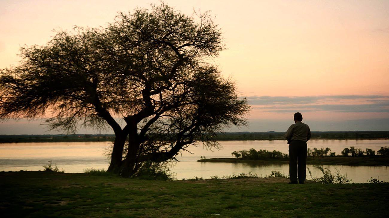 hacia el horizonte. El último hablante chaná, Blas Wilfredo Omar Jaime, en la orilla del río Paraná. Imagen de la película Lantéc Chaná.
