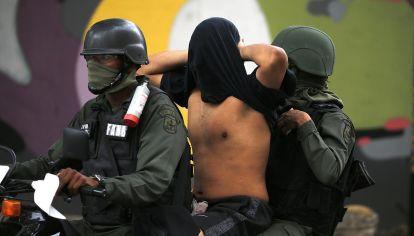 moto. Un manifestante detenido durante las protestas opositoras.