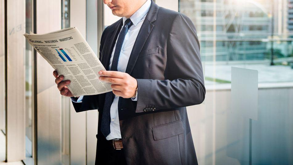 hombre-leyendo-diario-papel-01282019