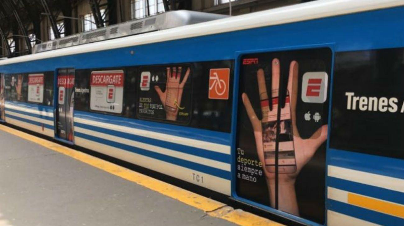 Cada vez son más las empresas que publicitan en el transporte público.