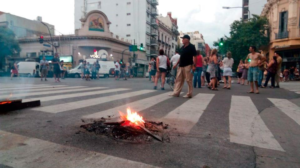 Protesta por los cortes de luz en el cruce de Avenida Independencia y Boedo.