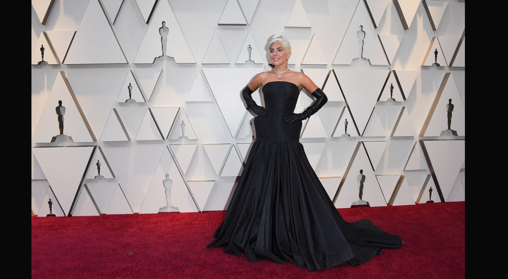 d0148d6233 Entre las estrellas que desfilaron a través de la Alfombra Roja, Benito  destaca Lady Gaga. La actriz de A Star is Born eligió un diseño dramático  de la casa ...