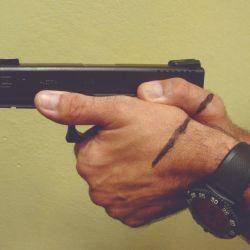 Para poder realizar una secuencia rápida de disparos es necesario empuñar bien. Técnicas para lograrlo. Variación de los métodos según los años.