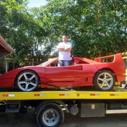 La réplica del F40 que fue secuestrada por la policía paulista, junto a su creador