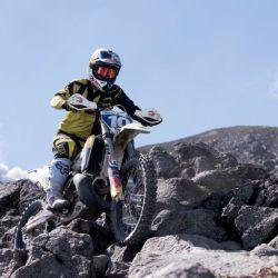 Diego Ordóñez desafía al volcán de Acatenango en Guatemala con su moto.