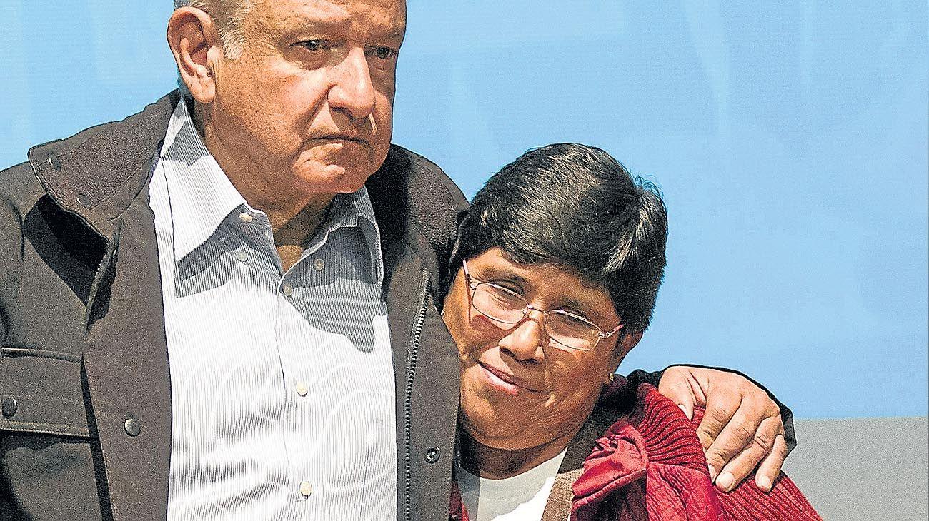 PROMESA. Tras ser electo presidente, Andrés Manuel López Obrador se reunió a fines del año pasado con algunos de los familiares de los 43 estudiantes desaparecidos en Ayotzinapa.