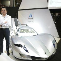 Masanori Yoshida, presidente de Aspark, junto al prototipo Owl.