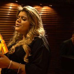 Morena le canta a su hijo.