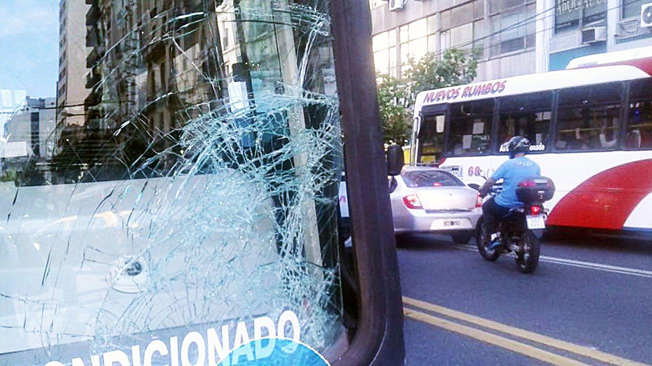 Atropellado. Este martes un colectivo arrolló a un peatón en la intersección más conflictiva. La víctima fue asistida por el SAME.