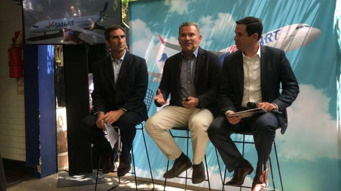 JetSMART executives announce promotions with the company's launch in Argentina. Left to right: Gonzalo Perez Corral, General Manager; Estuardo Ortiz, CEO; Victor Mesía, COO.