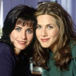 """Courteney Cox y Jennifer Aniston, como Monica y Rachel en """"Friends"""" (1994-2004)"""