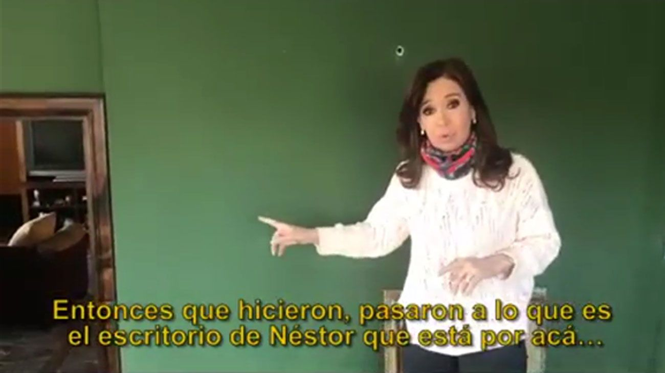 Cristina mostrando su casa