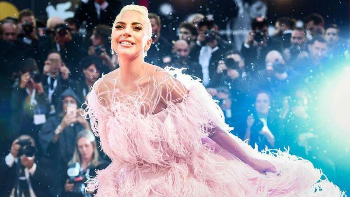 Lady Gaga se cayó de un escenario tras un sensual baile