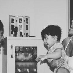 Benjamín Agüero jugando con Diego y Claudia