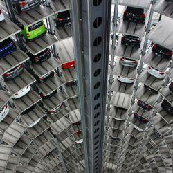 El emblemático ascensor de Autostadt que entrega autos en la fábrica de Volkswagen en Wolfsburgo, Alemania.