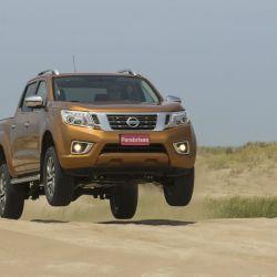 Nissan Frontier saltando en los médanos de Pinamar