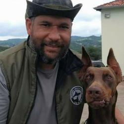 Jorge Pereira, creador de Busca Pet, protagoniza un reality en el que se refleja su trabajo en la localización de animales extraviados y en el entrenamiento de sus canes para esa tarea.