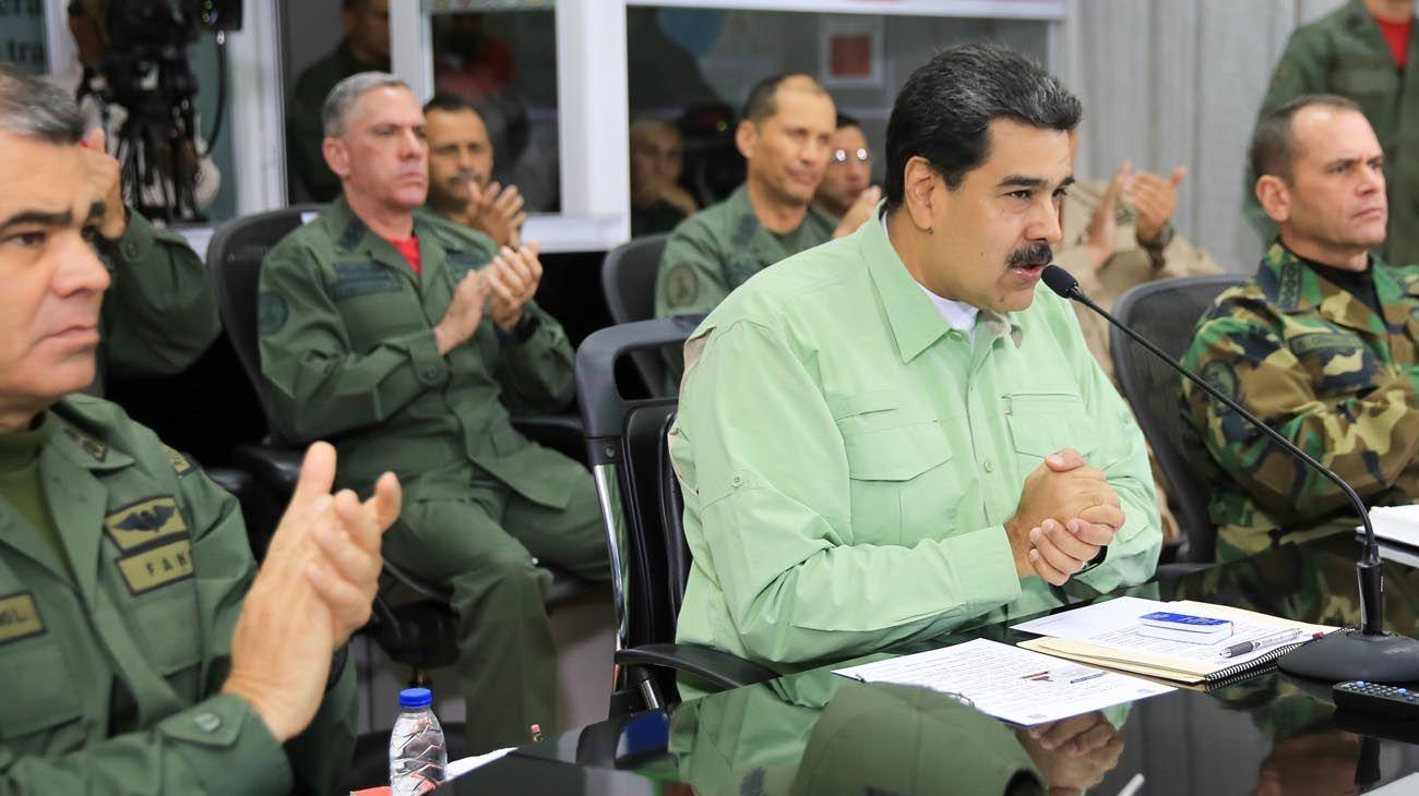 """uniformados y civiles. Cada uno se mostró junto a su principal respaldo. Nicolás Maduro anunció rodeado del alto mando el cierre total de las fronteras. El """"presidente encargado"""" marchó hacia la frontera con Colombia."""