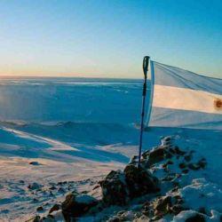 Un día como hoy, pero de 1904, nuestra bandera nacional se izó por primera vez en el continente blanco.
