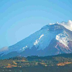 En el horizonte y cubierto de nieve, el volcán Cotopaxi.