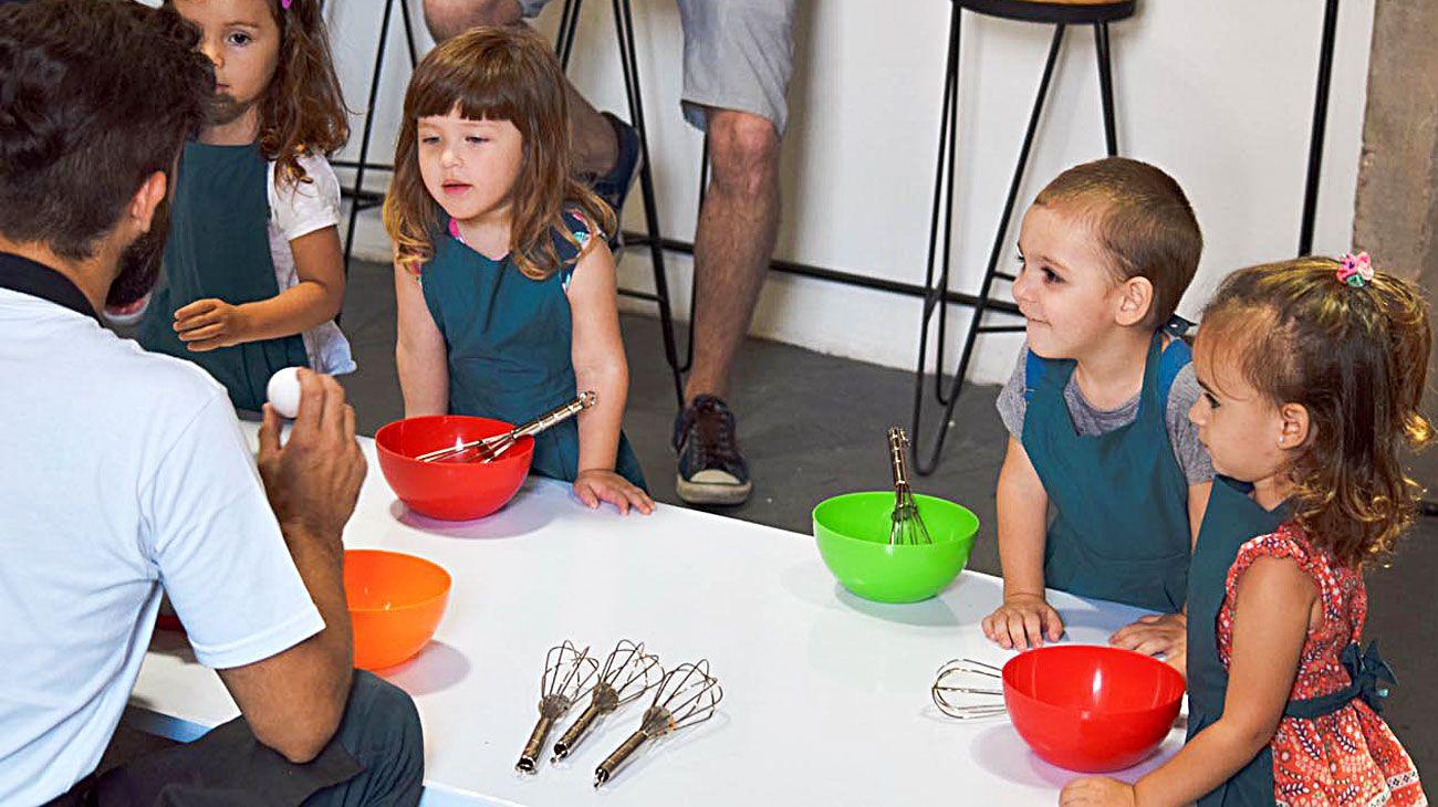 En acción. Las clases duran una hora y media, donde aprenden recetas, pero también juegan entre ellos.