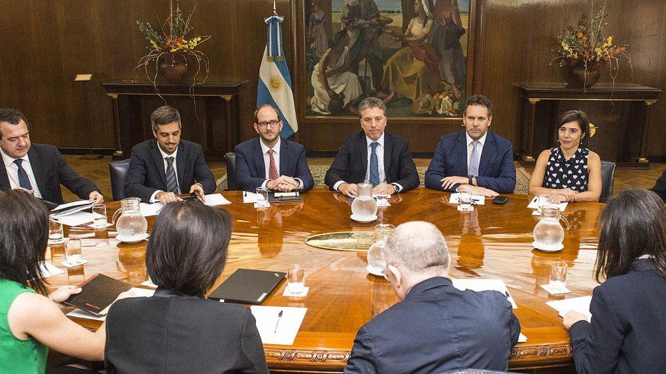 FIN DE GIRA. Ayer, Nicolás Dujovne, Miguel Braun y Guido Sandleris, con referentes del FMI. El jueves fueron a ver a la CGT.